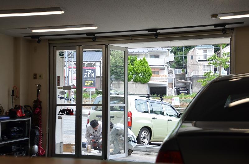 出入口折れ戸の修理&調整をしてもらいました。